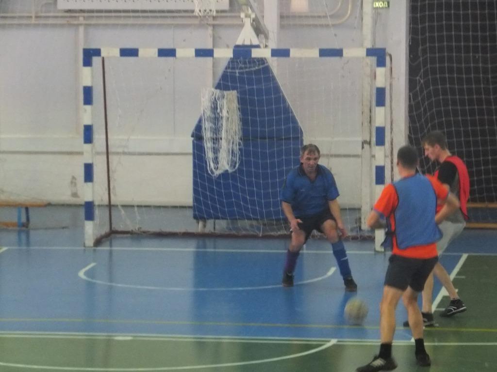 В борьбе за переходящий кубок по мини-футболу